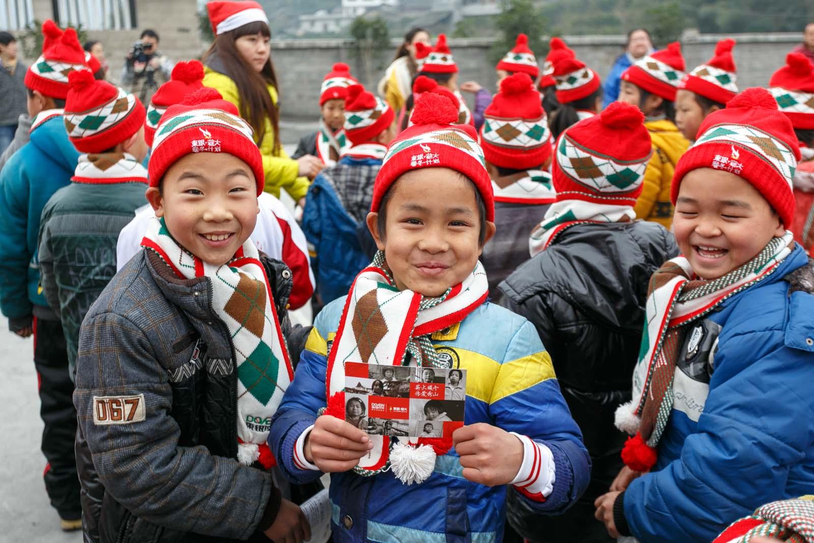 2013年孩子們帶著圍巾拿著愛心明信片笑開了花